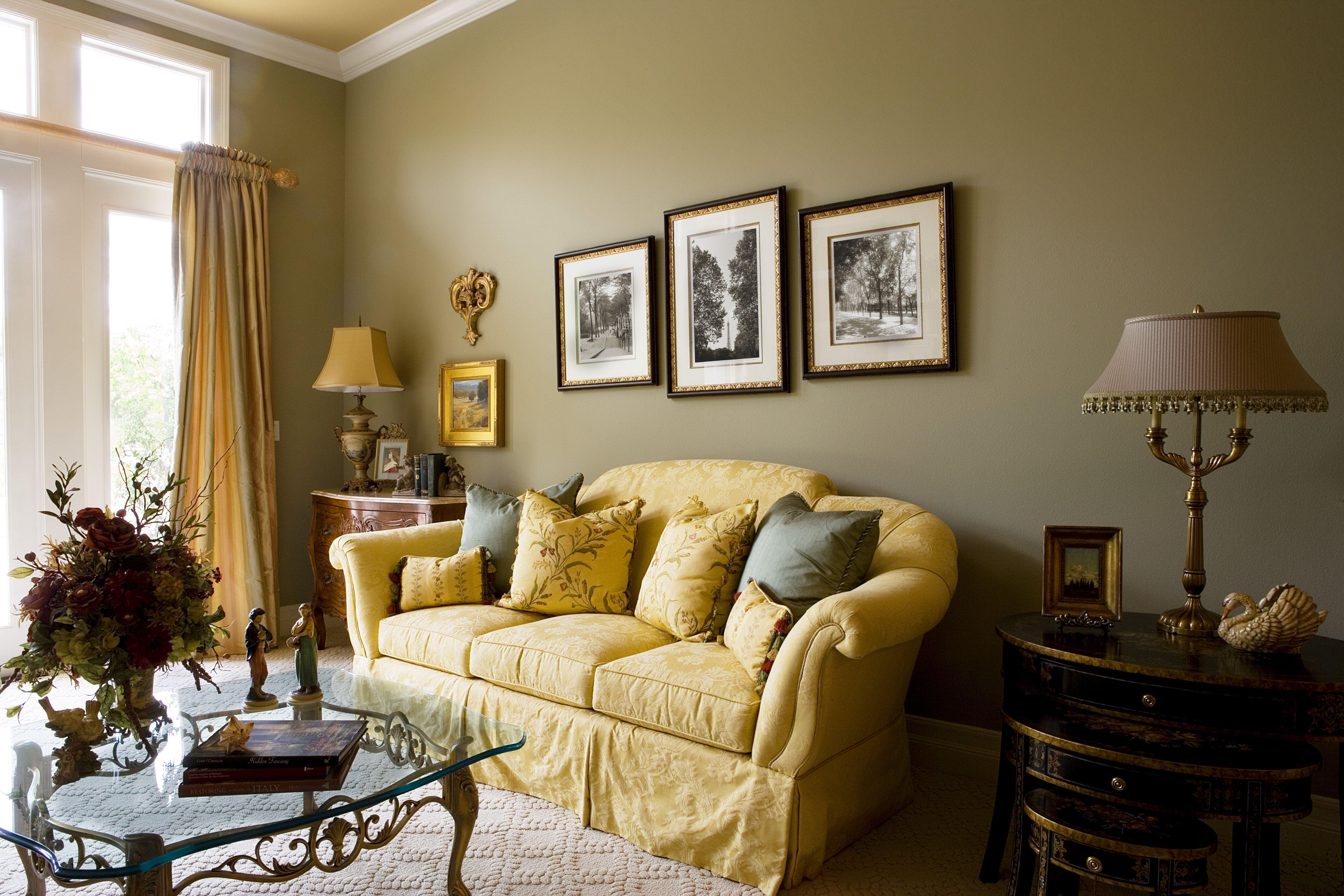 Sala de estar con sofá amarillo