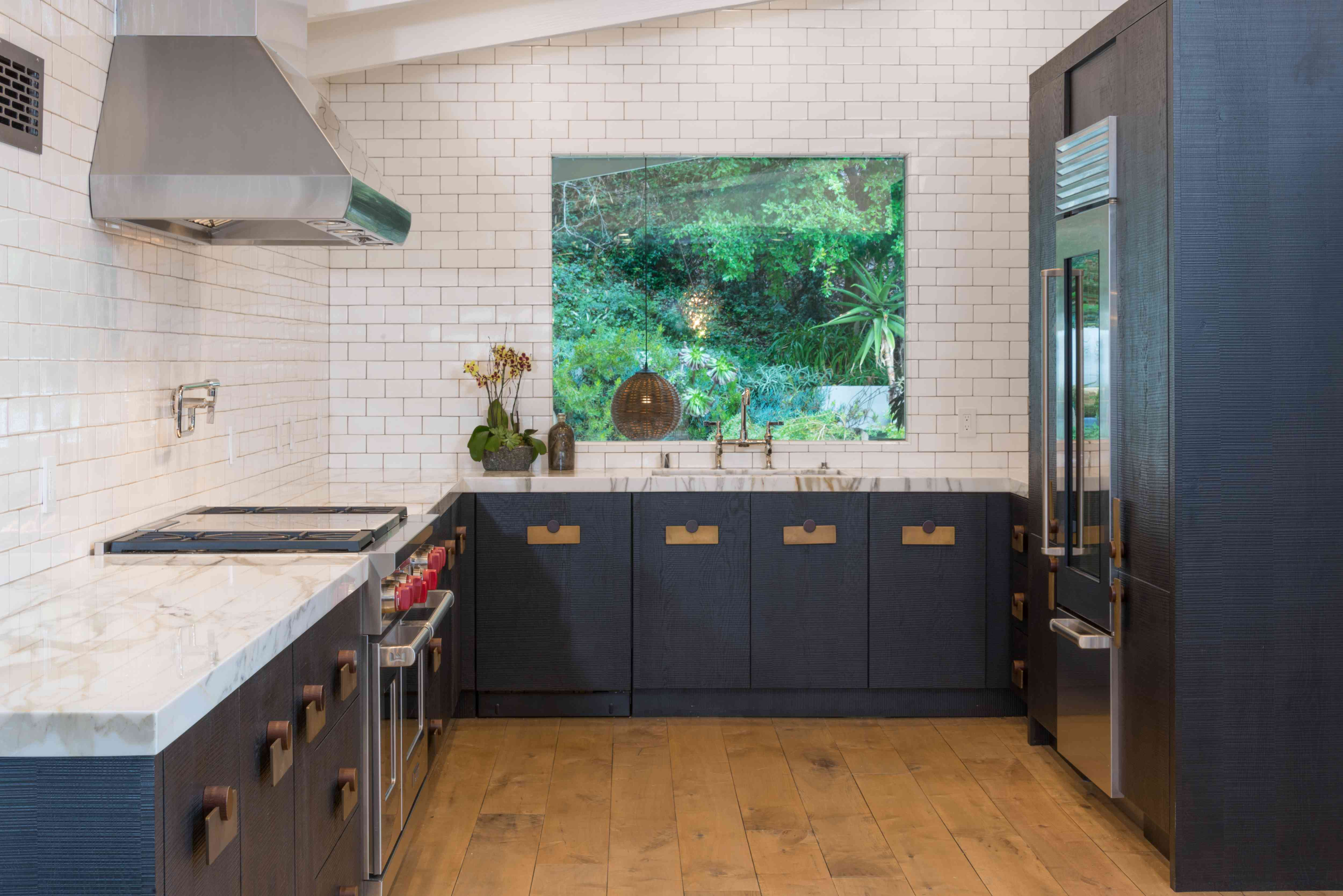 cocina minimalista sin armarios superiores