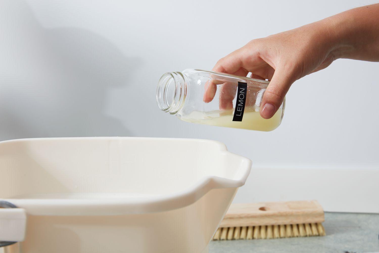 Adding lemon juice to linoleum floor cleaning solution