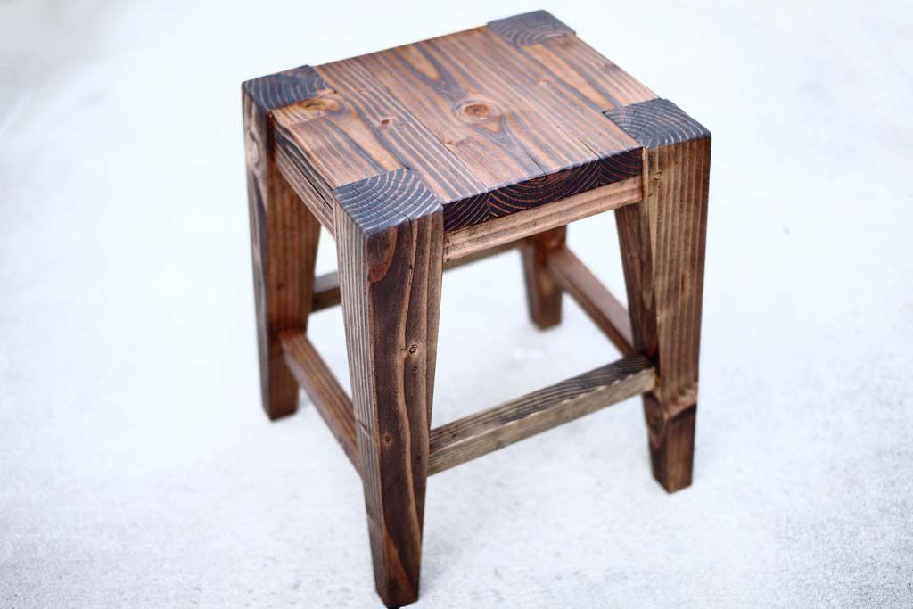 Un taburete de madera