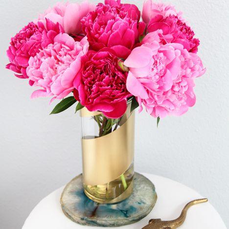 florero de oro con flores