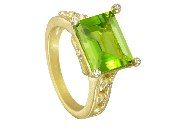 anillo de compromiso de peridoto