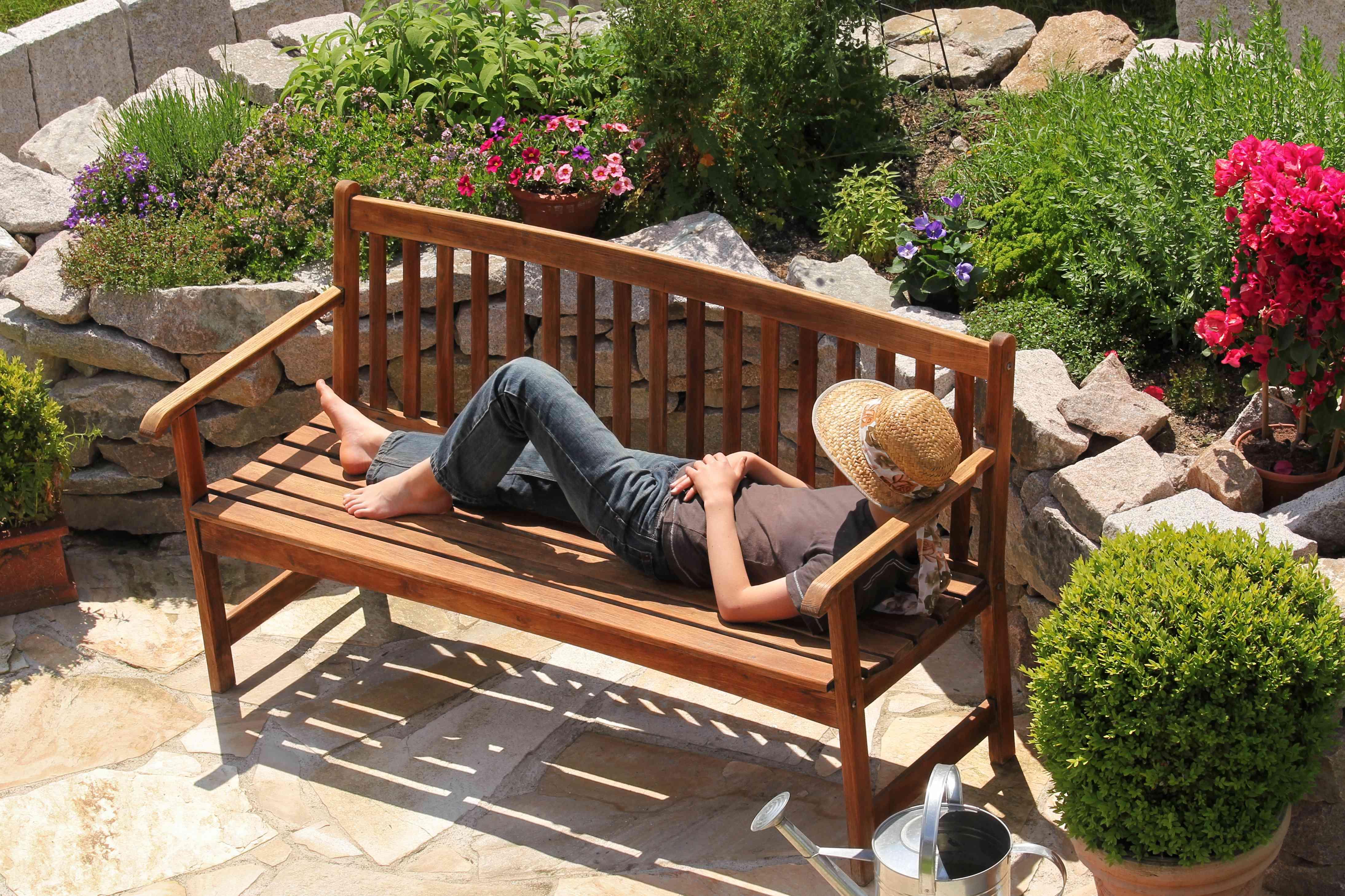 Relajarse en un banco de jardín