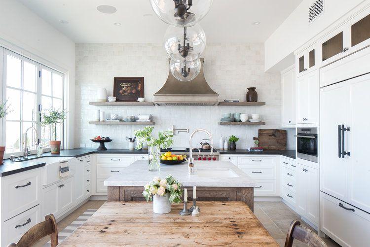 Baldosas de mármol cuadradas en cocina blanca y negra