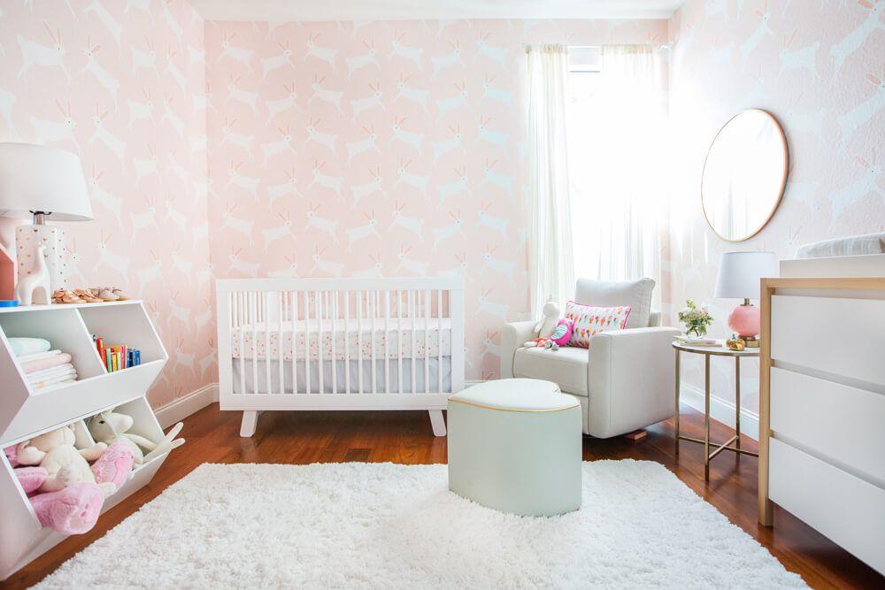 Vivero de animales con temática de conejito con papel tapiz rosa
