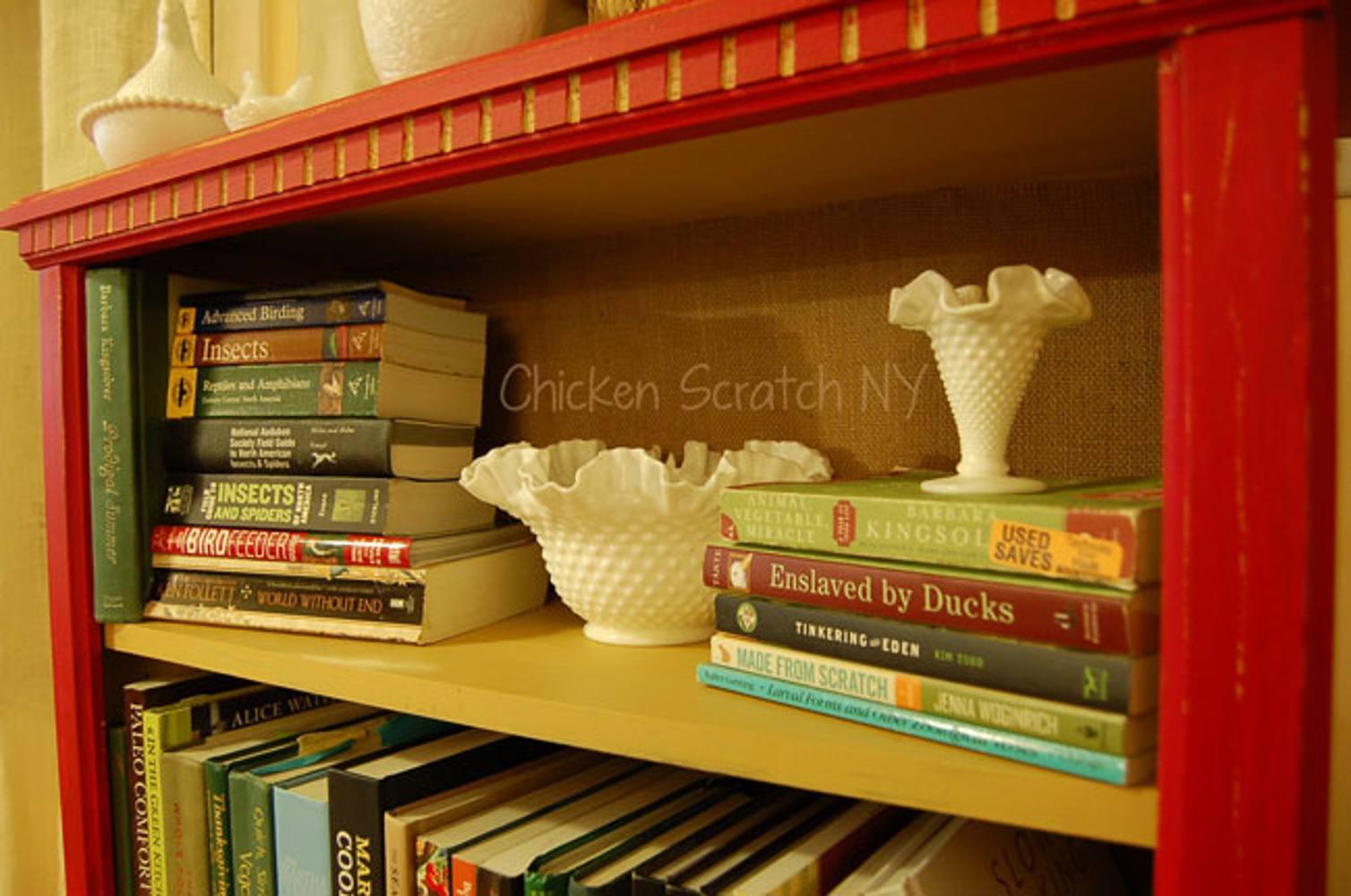 Librería de bricolaje cambio de imagen con estantes pintados en contraste y libros que recubren los estantes