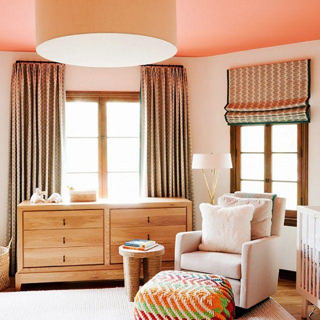 Vivero neutro con techo pintado de naranja