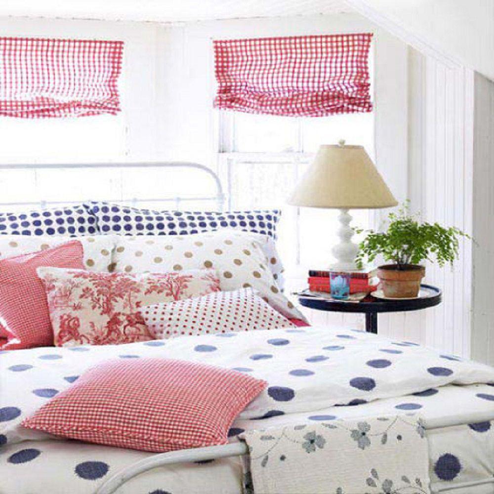 Cortinas de algodón a cuadros rojos y colcha de lunares azules en una habitación