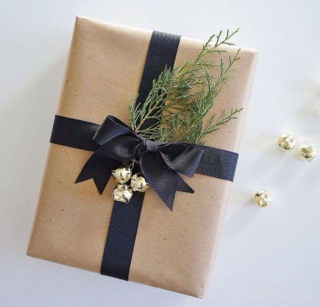 Papel de regalo moderno con follaje de pino