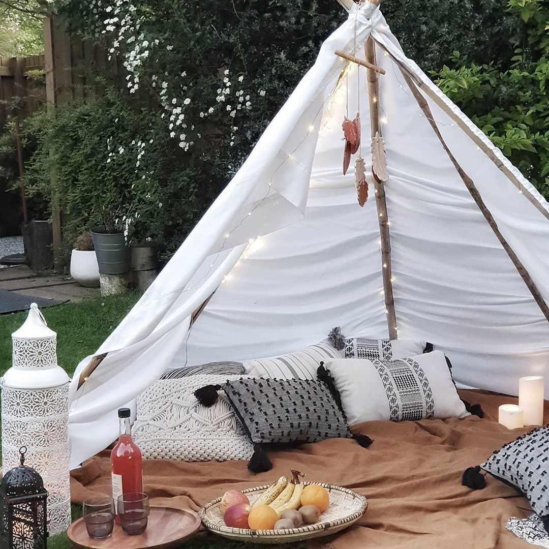 Tienda de campaña al aire libre en el patio trasero