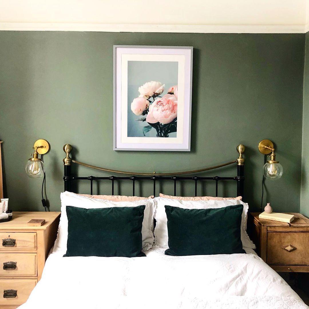 Habitación con paredes decorativas verdes