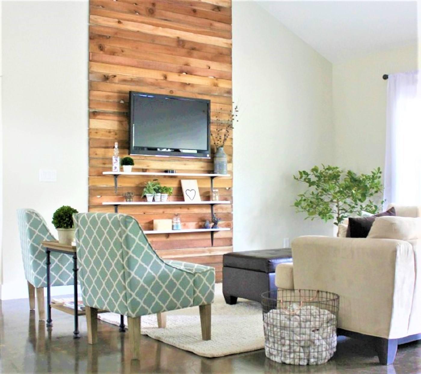 Chimenea de leña sintética con televisor montado, alfombra de área , y asientos coloridos en el cambio de imagen de la sala de estar