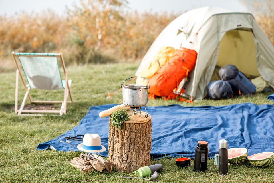 Camping con carpa y equipamiento al aire libre.
