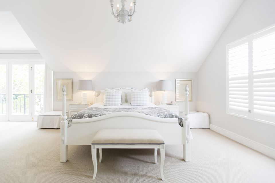 A luxurious white all bedroom
