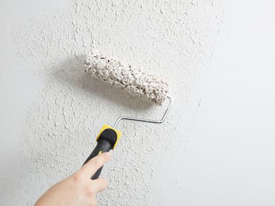Stippling wall with paint roller