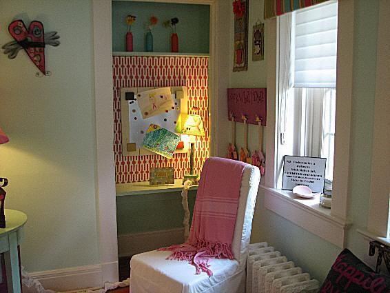 Armario de la habitación de la niña hecho en un escritorio.
