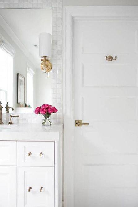 Baño blanco con gancho para puerta de latón