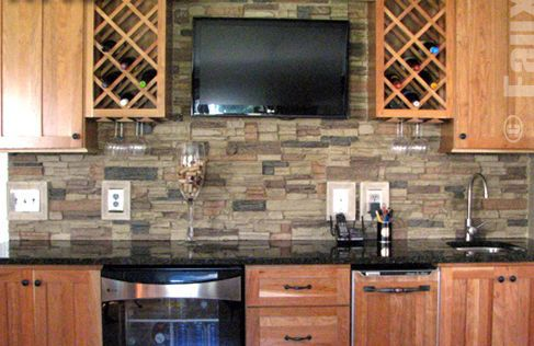Piedra de imitación en la pared de la cocina