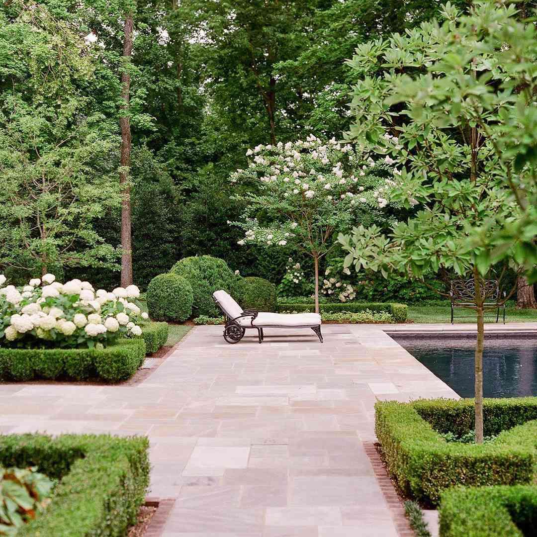 Piscina con jardines de alta gama