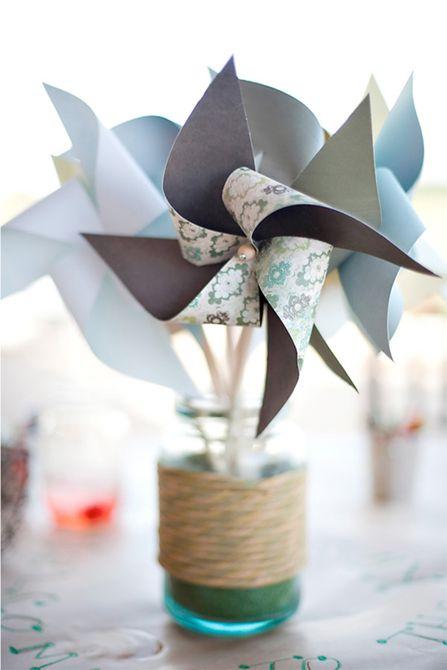Molinillos de viento en un jarrón cubierto de hilo