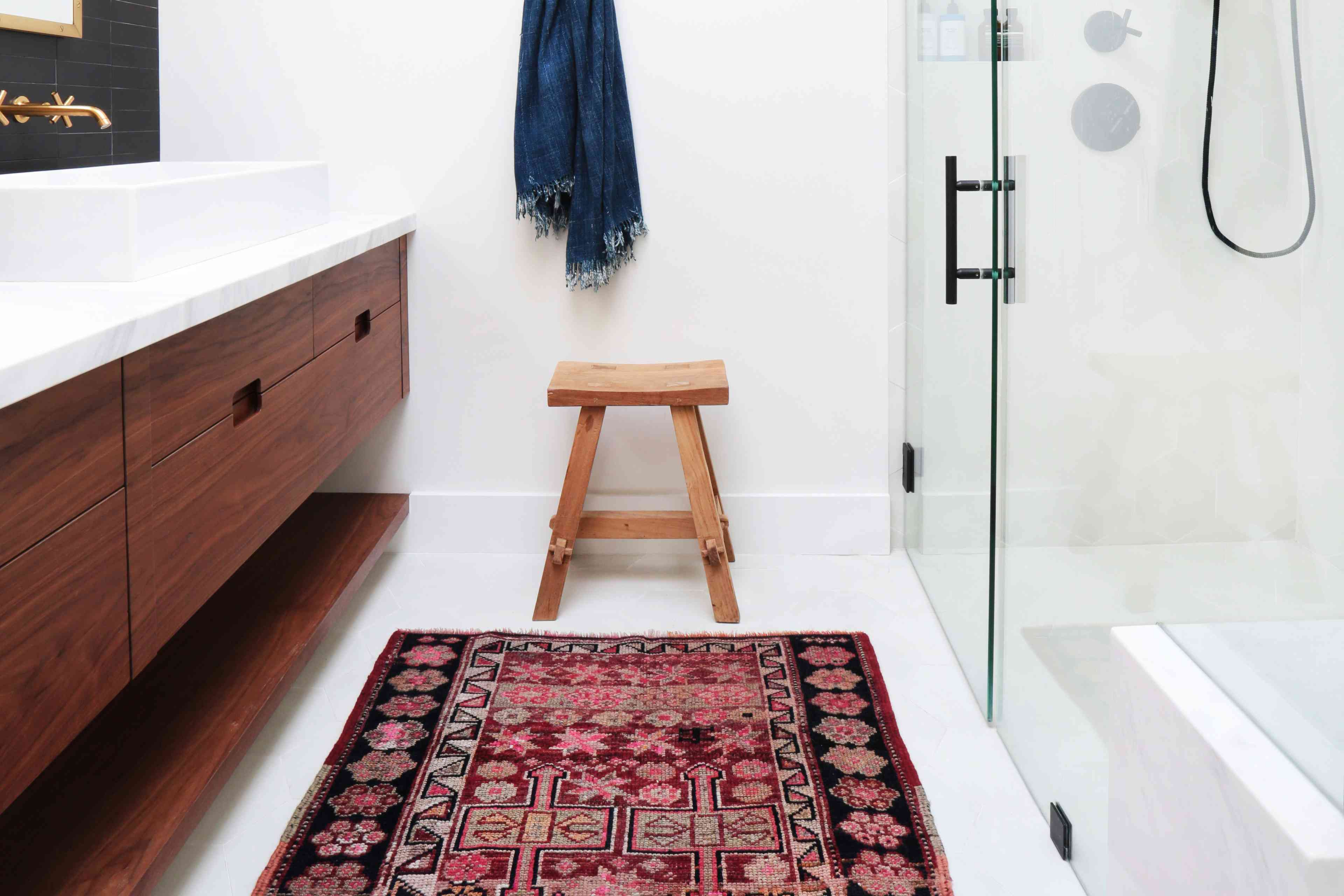 Real-Rug-in-Small-Bathroom