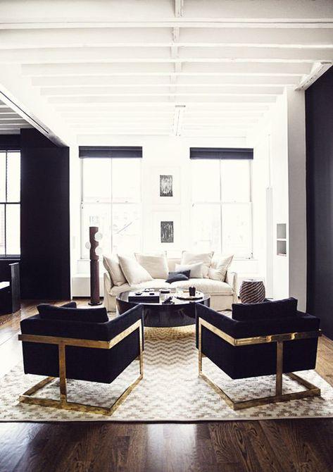 Una moderna sala de estar con paredes blancas y cálidos metálicos