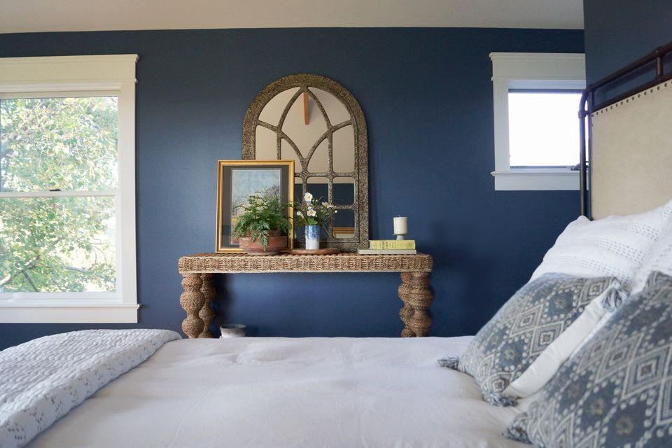 Benjamin Moore Van Deusen Blue HC-156 in a bedroom