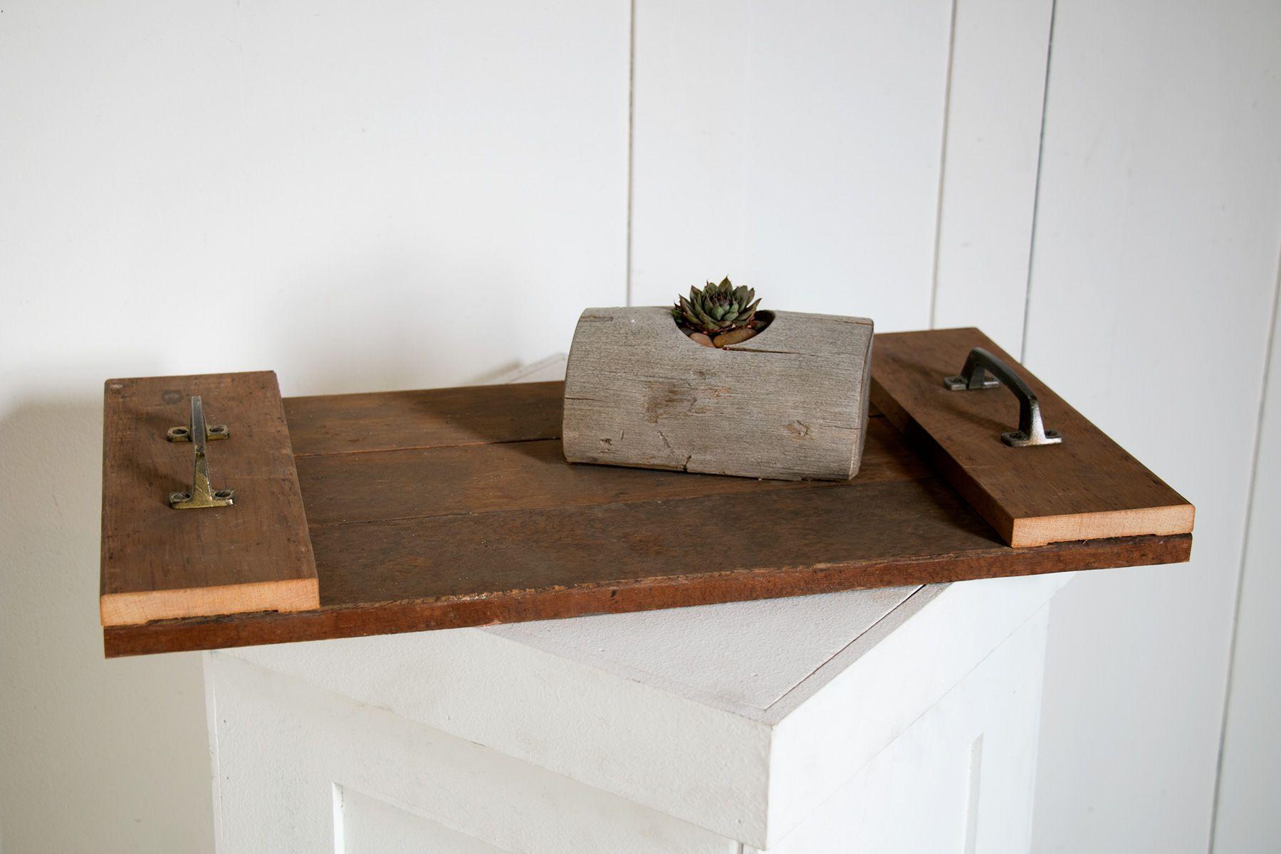 Bandeja de servicio de madera reciclada de bricolaje con un registro con un suculento en él
