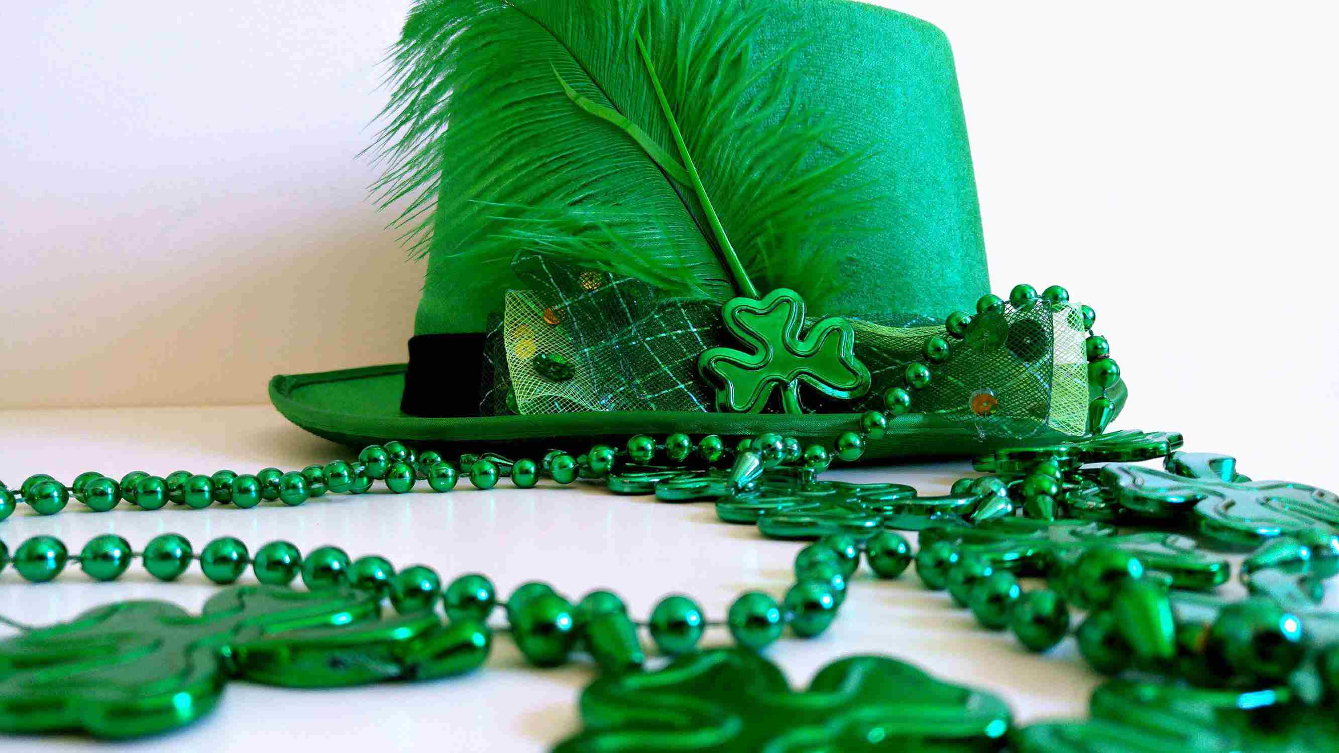 A picture of a St. Patrick's Day hat and beads