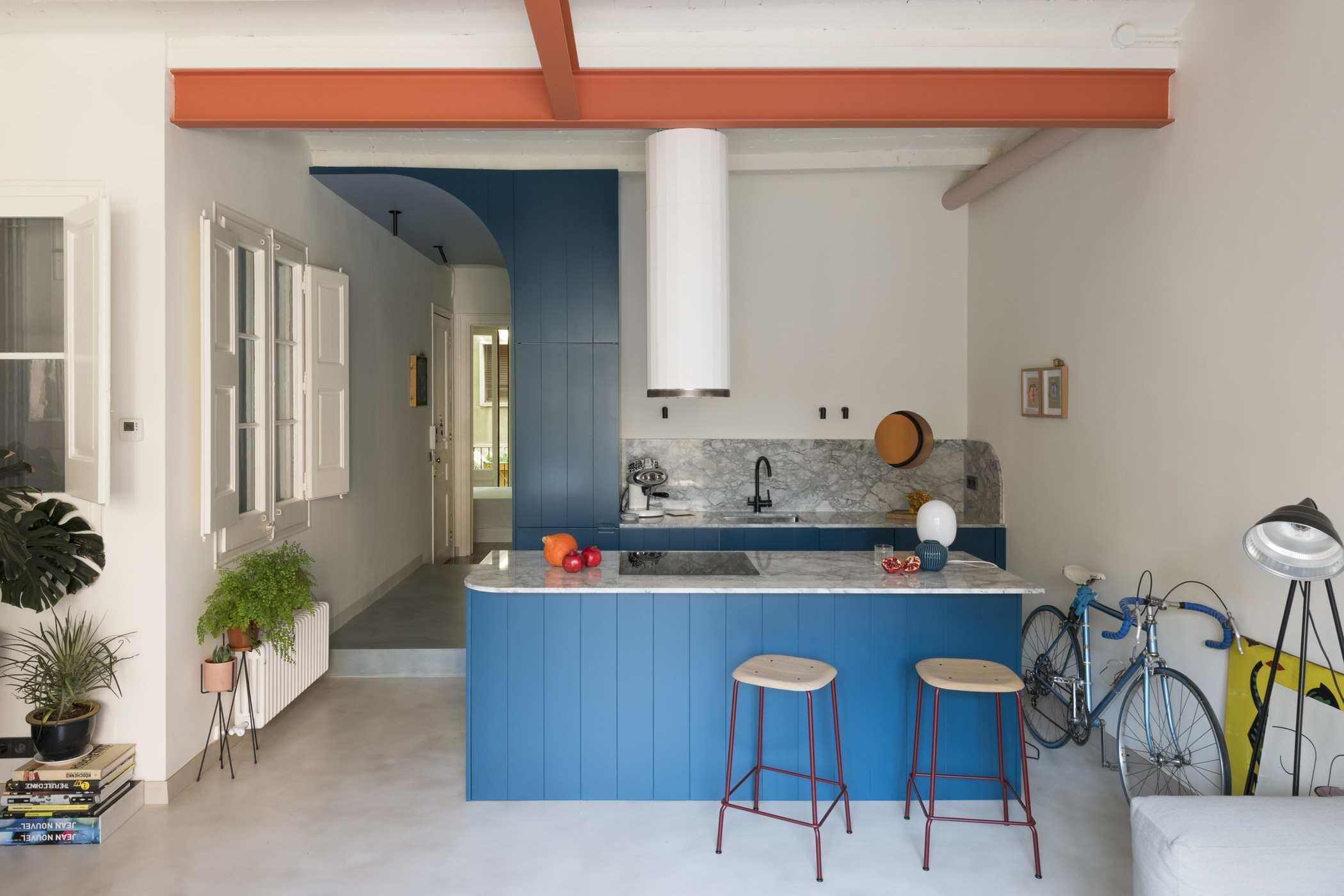 cocina moderna y elegante en España con solapa azul
