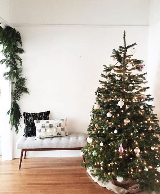 Sala de estar de Navidad con patrones de tela globales