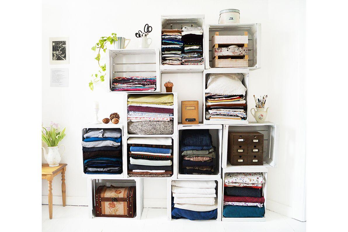 cajas de madera apiladas que almacenan ropa y sábanas