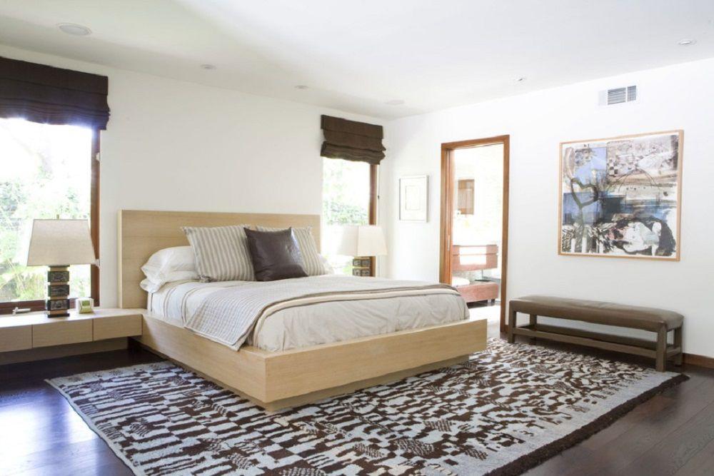 Habitación neutral simple con detalles marrones