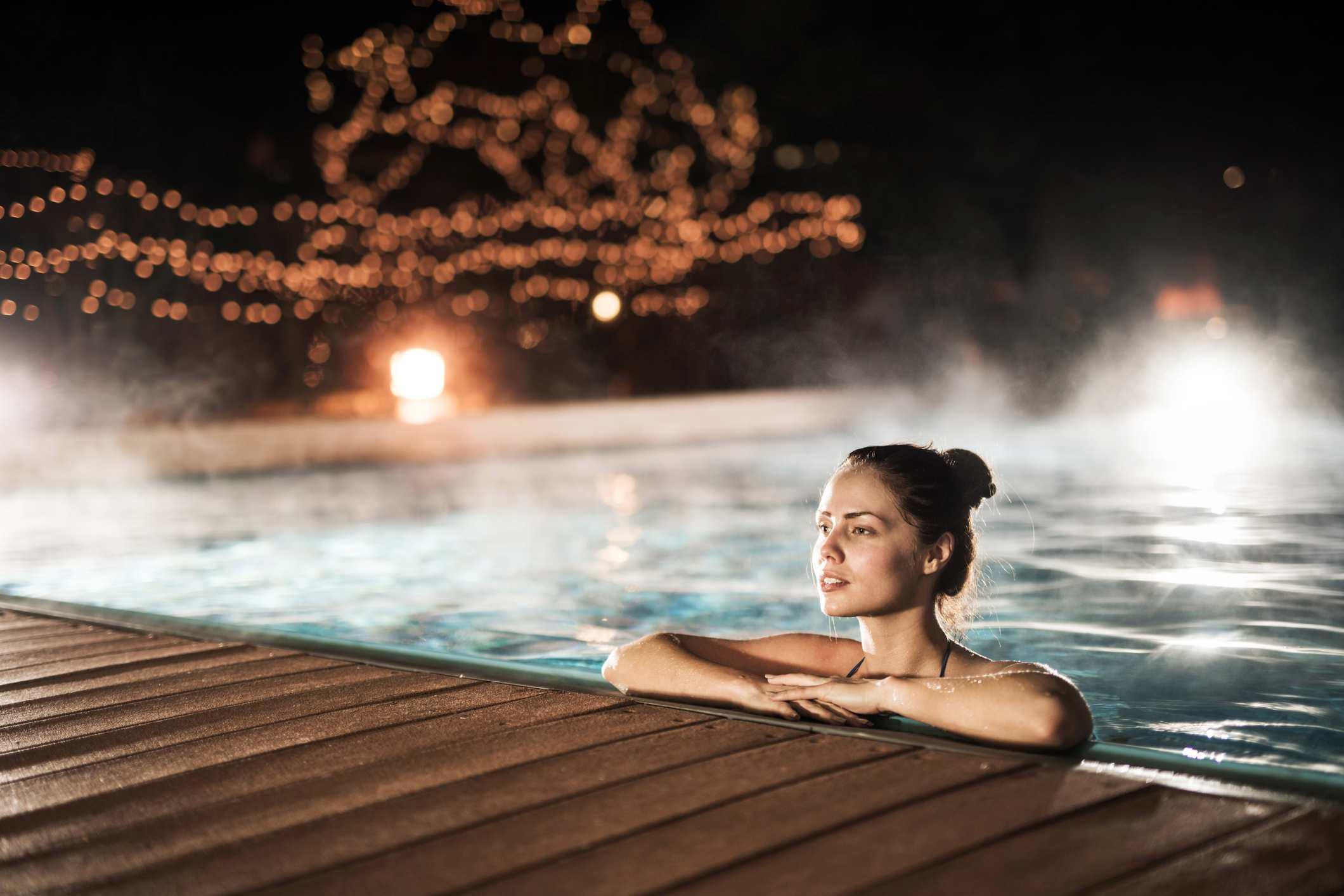 Mujer en la piscina climatizada