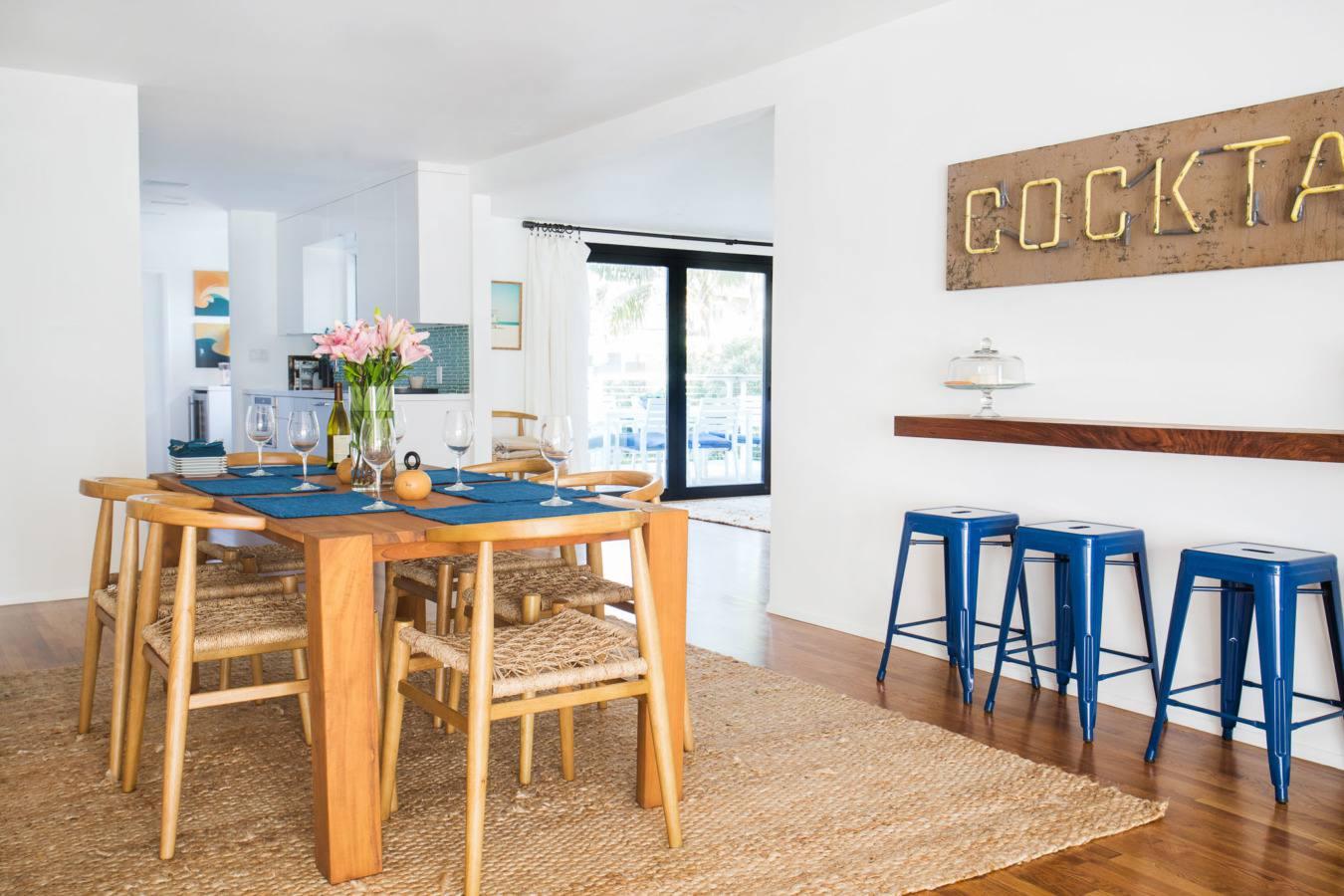 tonos de madera y azul en la casa costera