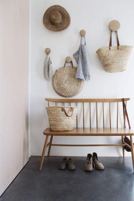 Ganchos para madera en el pasillo