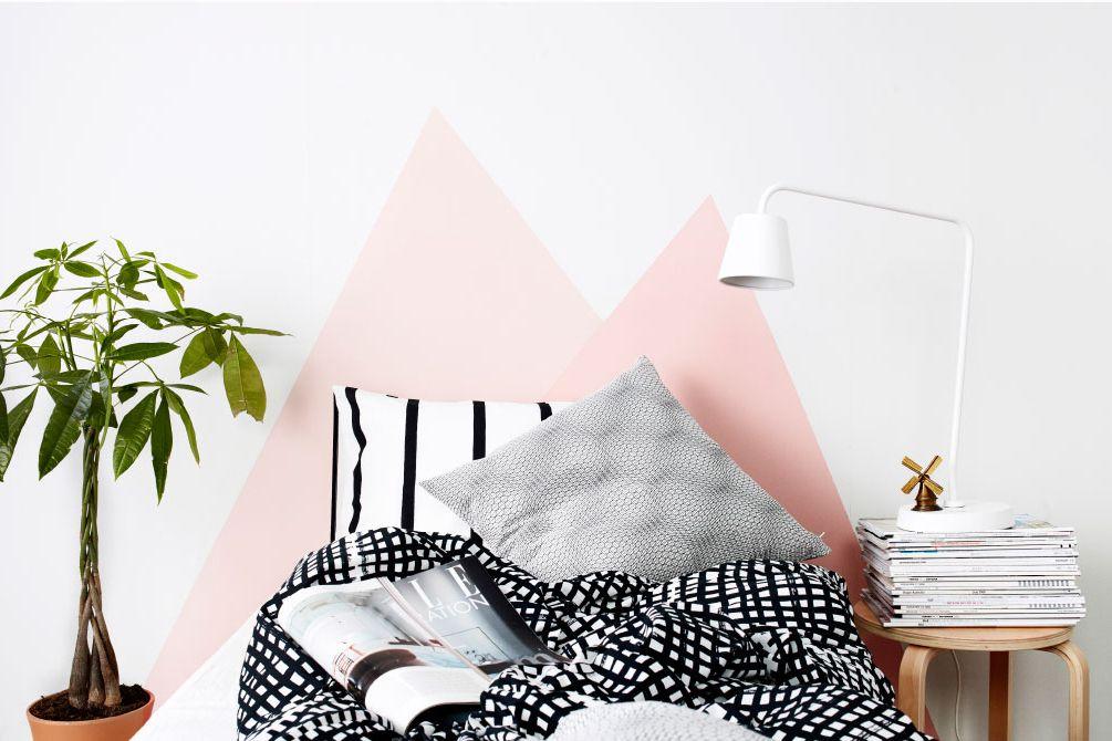 montañas pintadas de rosa en la cabecera de la cama