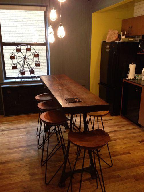 Cocina con mesa de madera recuperada