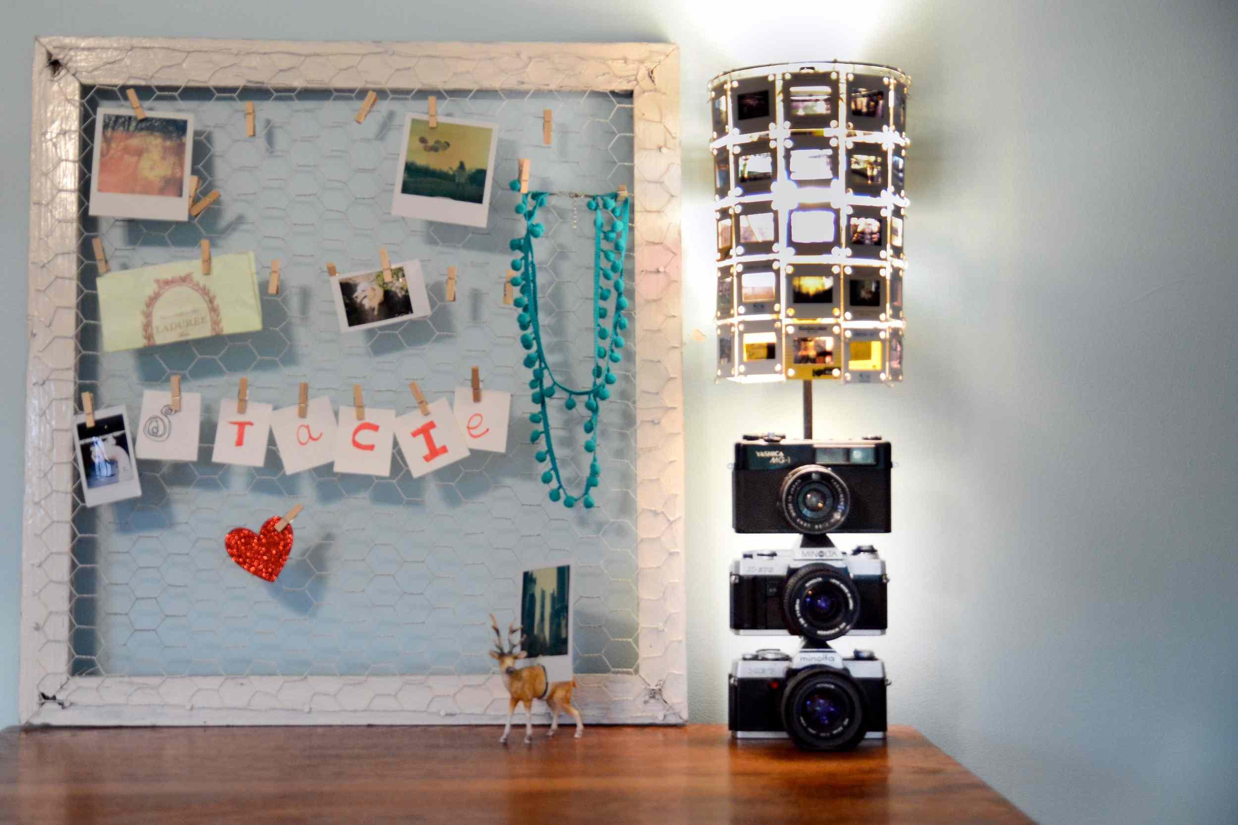 Lámpara de bricolaje y pantalla hecha de cámaras y negativos antiguos