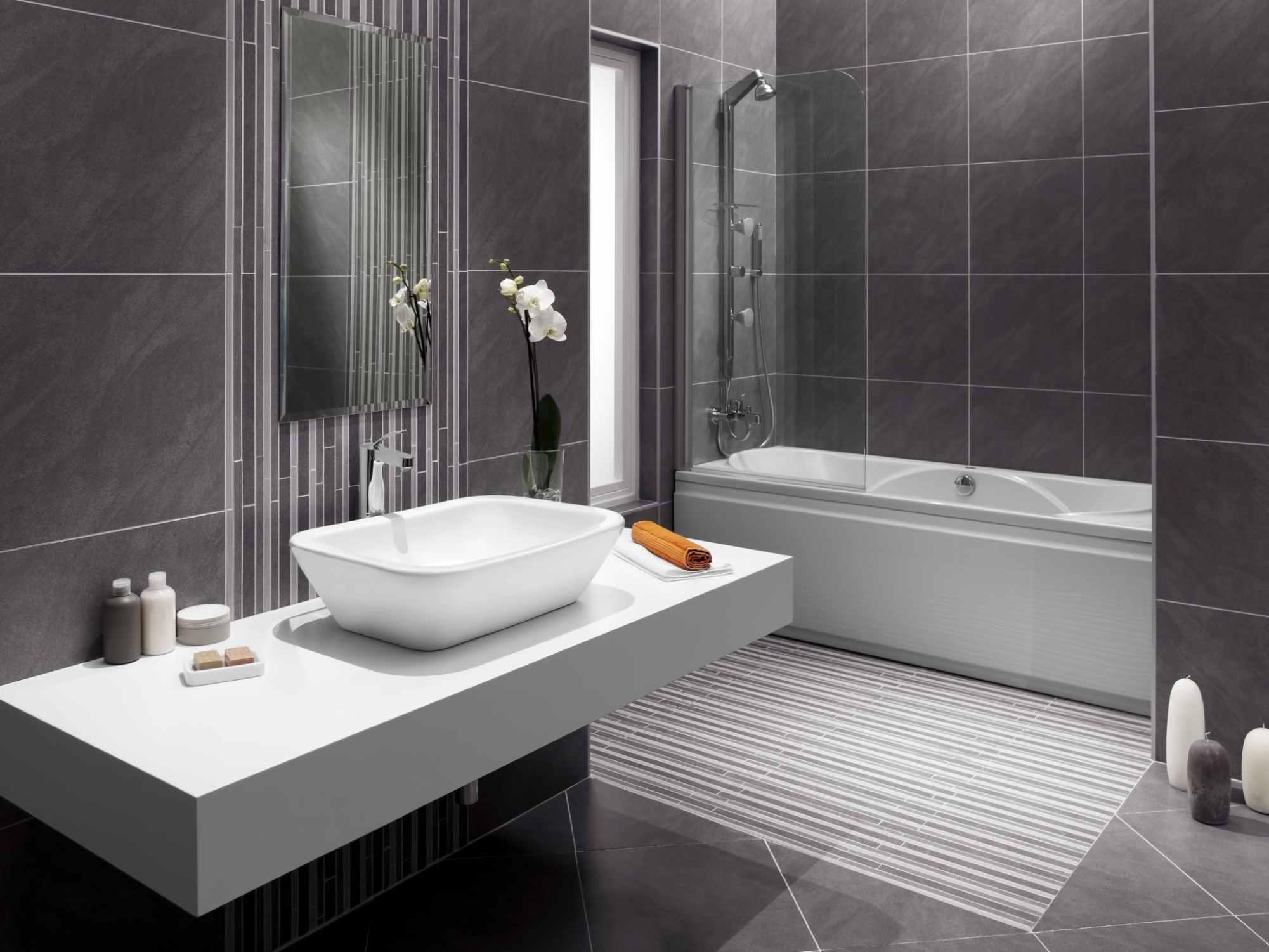 Encimera de baño blanca en voladizo en el baño moderno 171574904
