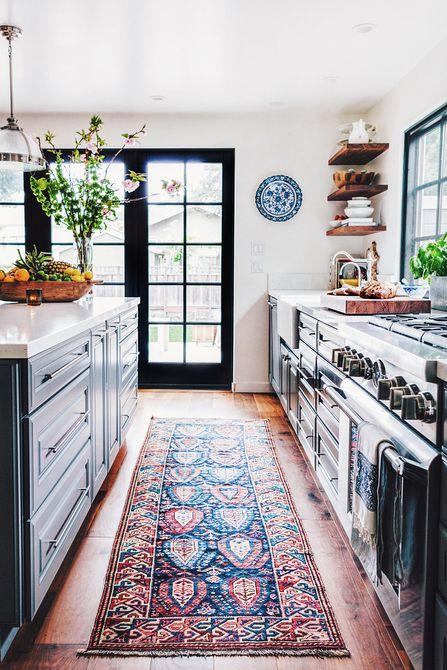 cocina con una alfombra grande