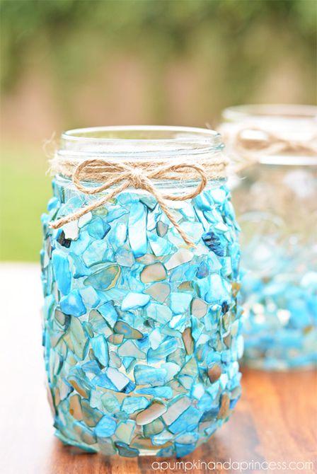 Un tarro de albañil decorado con vidrio marino