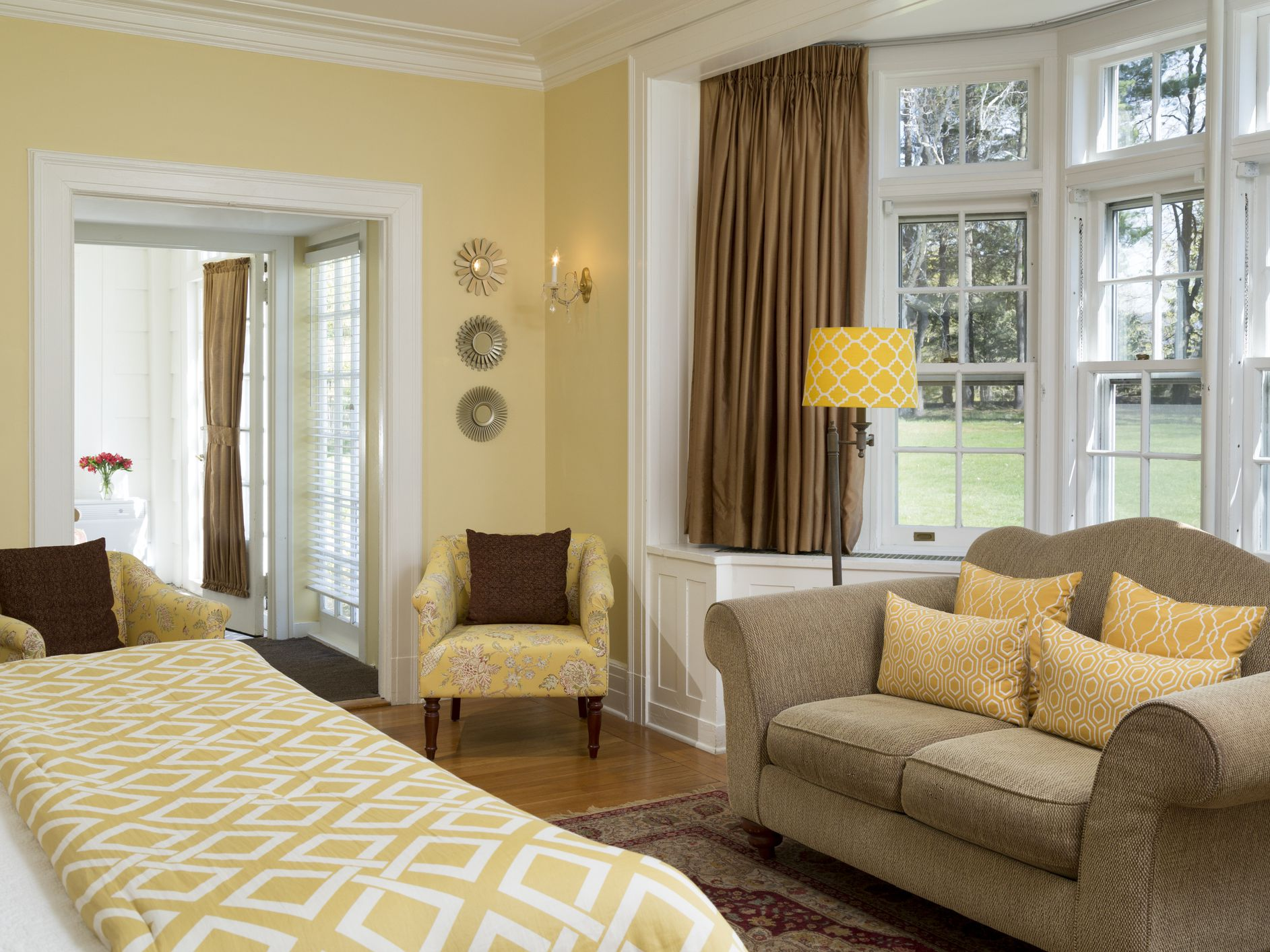 8 Yellow Bedroom Photos and Ideas