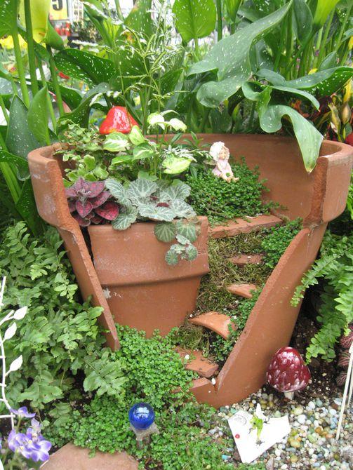 Macetas de terracota rotas convertidas en jardín de hadas