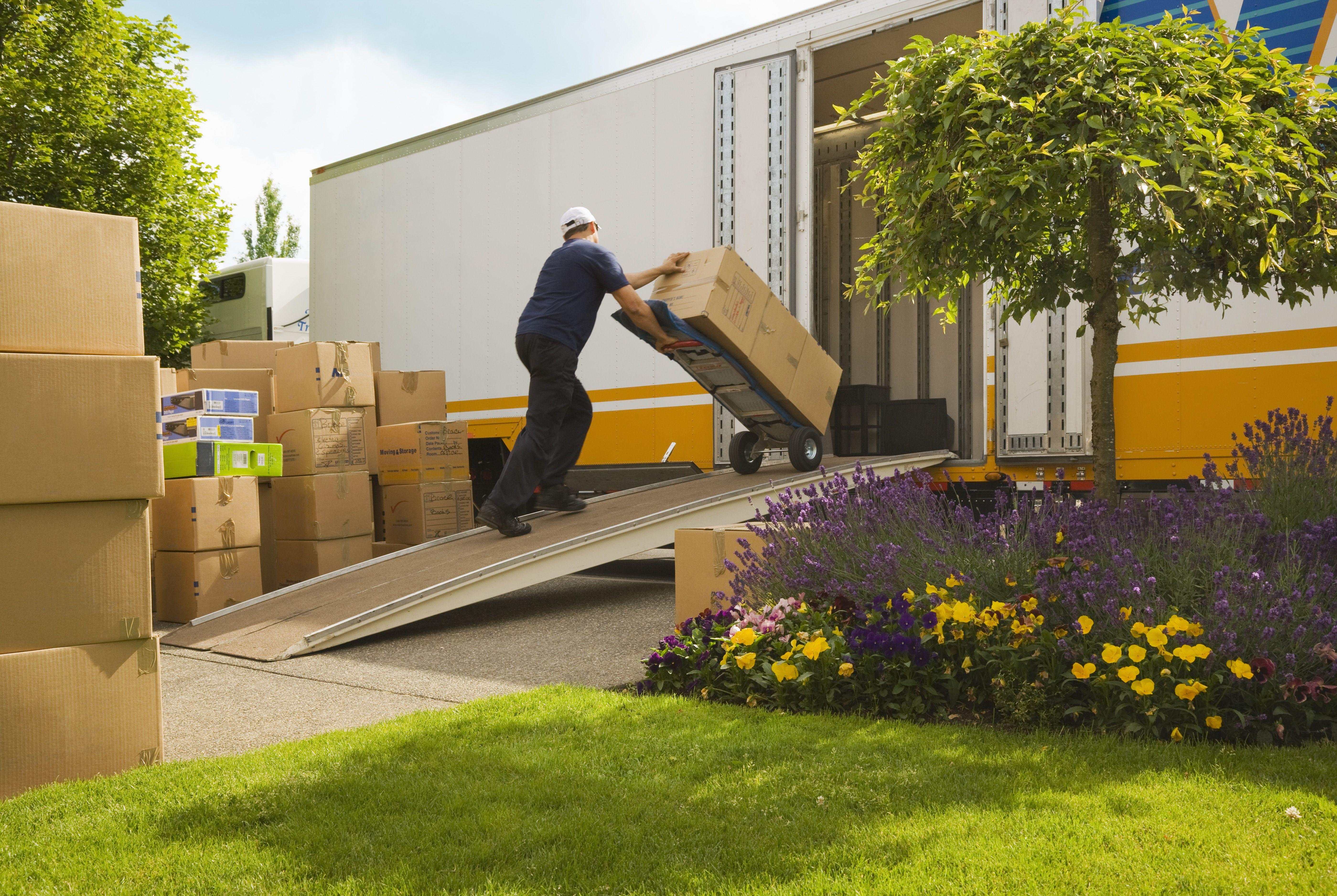 Hombre cargando cajas en camión