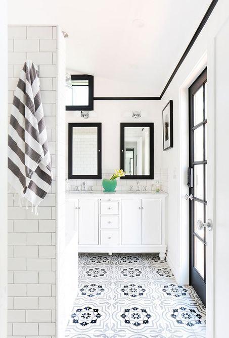 Baño en blanco y negro estilo escandinavo