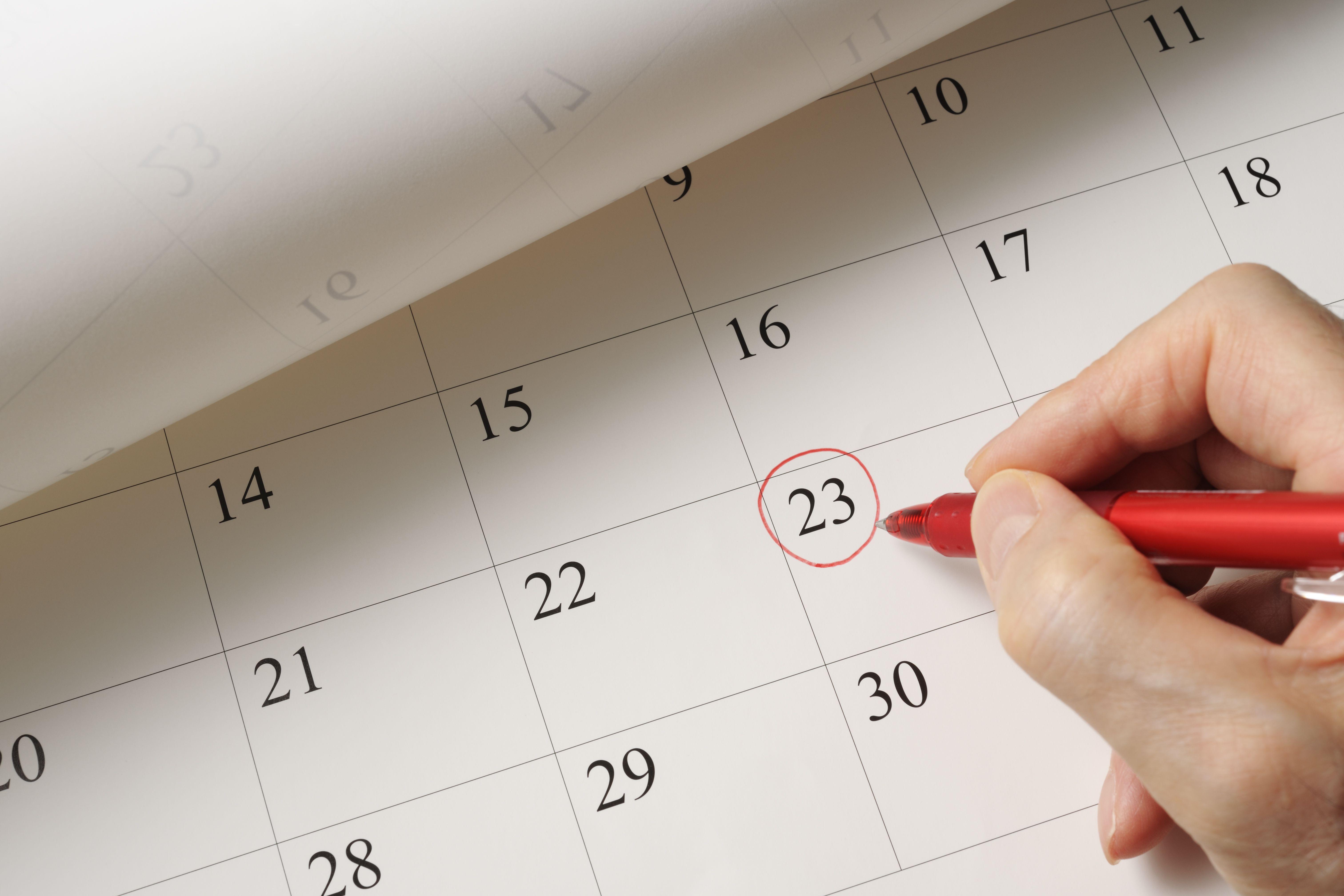 Establecer una fecha en el calendario con bolígrafo rojo
