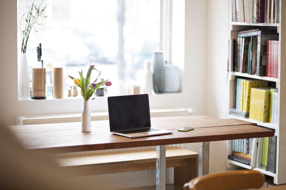 Mesa con laptop en un moderno bistró individual