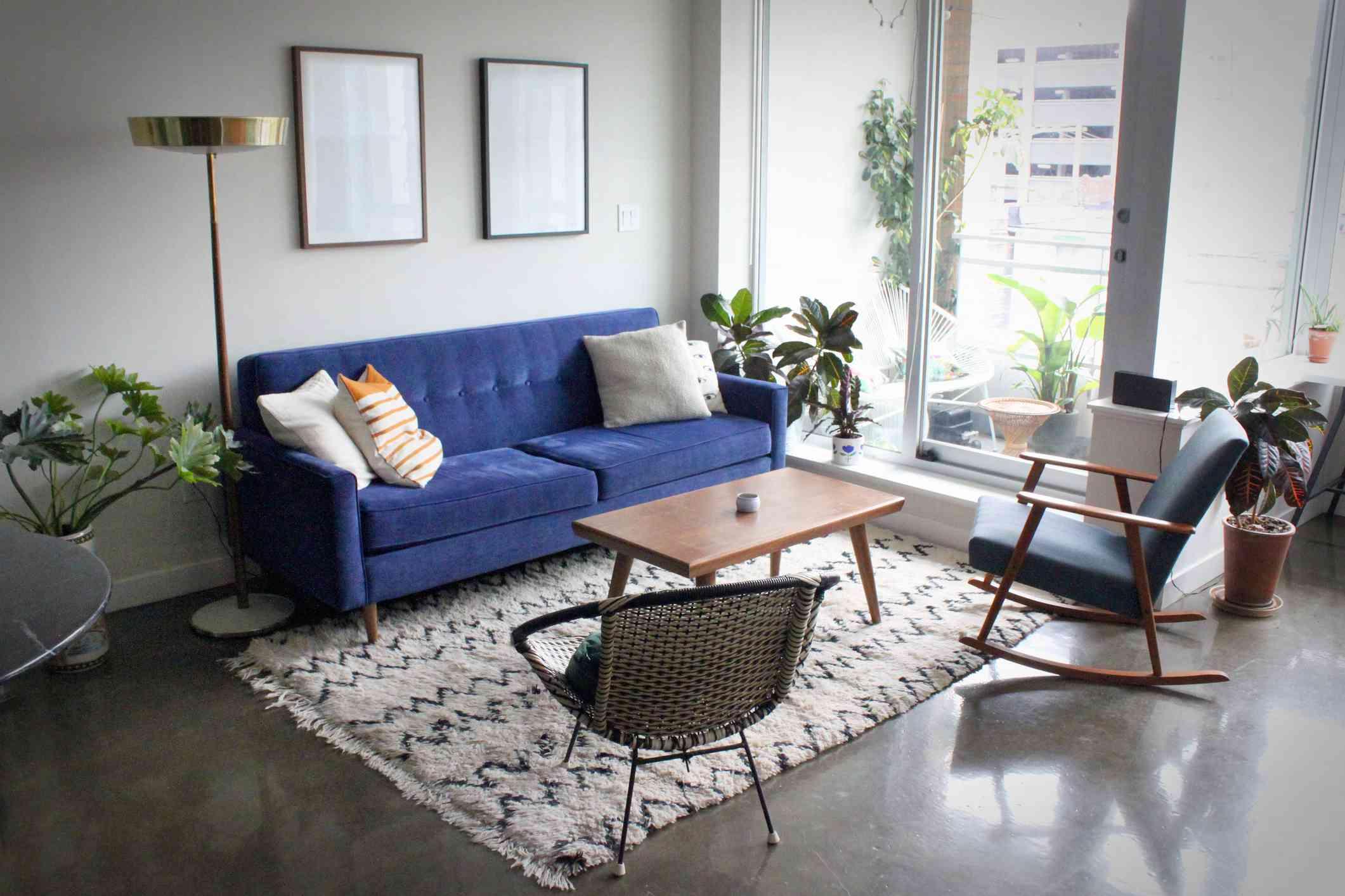 Apartamento contemporáneo con muebles de mediados de siglo .
