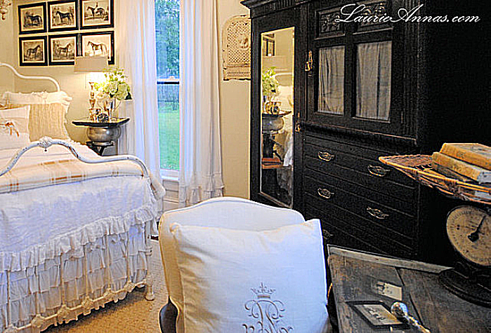 https://www.thespruce.com/thmb/6qZhbqGFsx2mTxYlu7viSMQij_U=/960x0/filters:no_upscale():max_bytes(150000):strip_icc()/Farmhouse-Bedroom-by-LauraAnnas-Vinatage-Home-58ad6f845f9b58a3c977794b.png